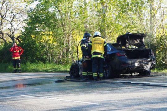 Bil brød pludselig i brand