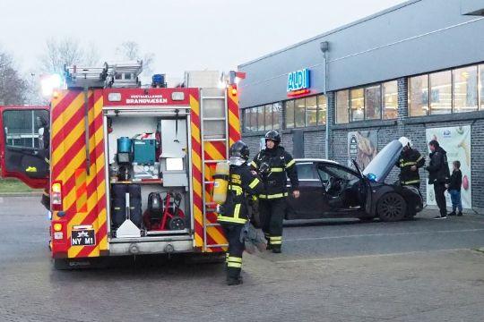Brand i bil på Aldis parkeringsplads