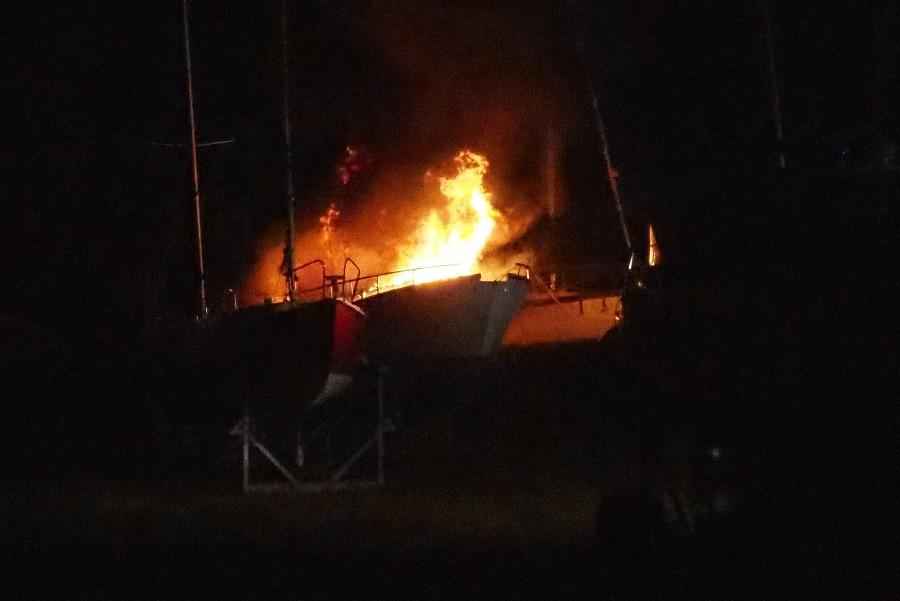 Vrag fra skibsbrand endnu ikke fjernet