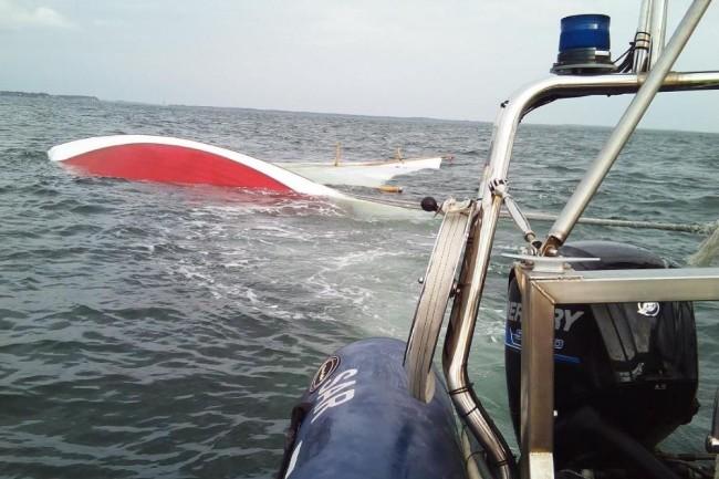 Kæntret sejlbåd bugseret til Rørvig