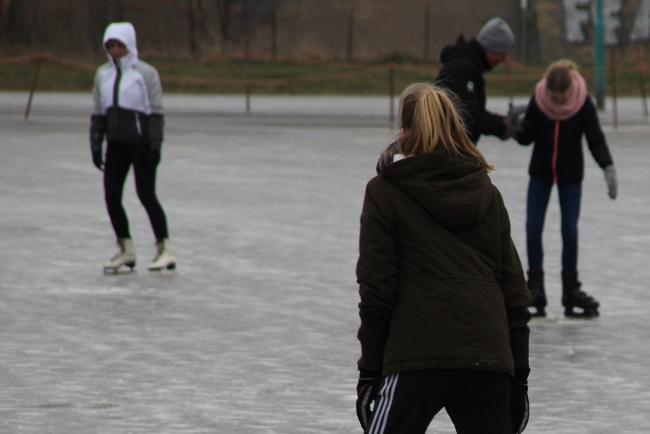 Skøjteløbere på tynd is på Borre Sø