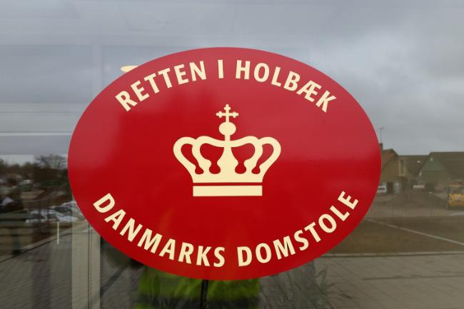 Offentlig stævning efter udrejse af Danmark