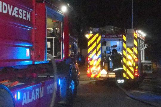 Barn slog alarm om brand i brændeskur