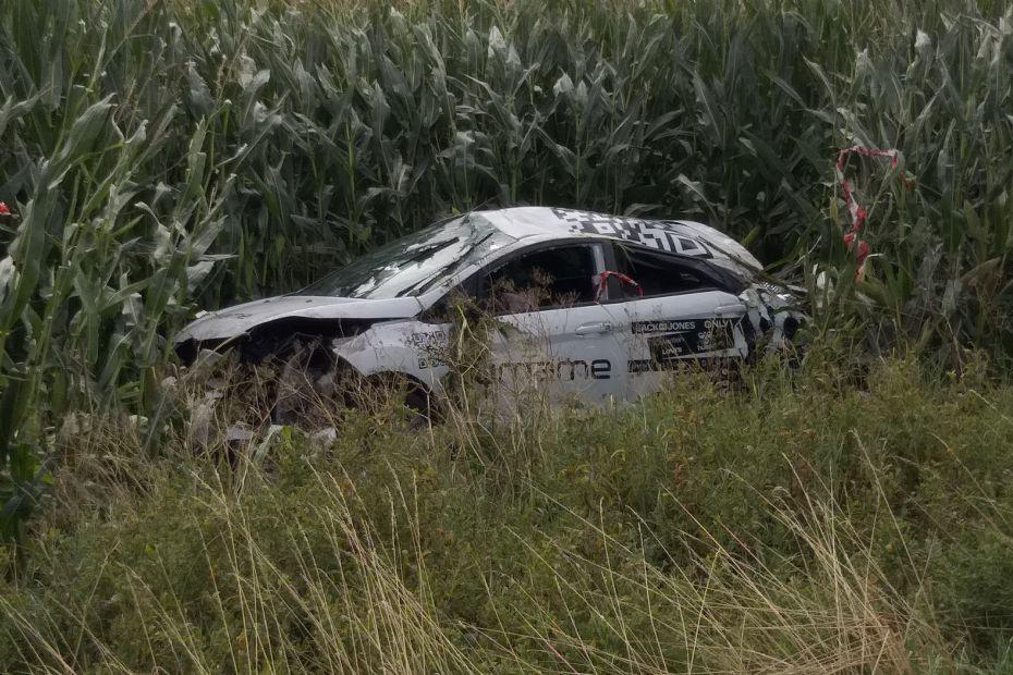 Bil med 20-årig fører endte på mark på Oddenvej